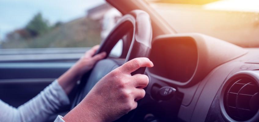 Bilförare i bil