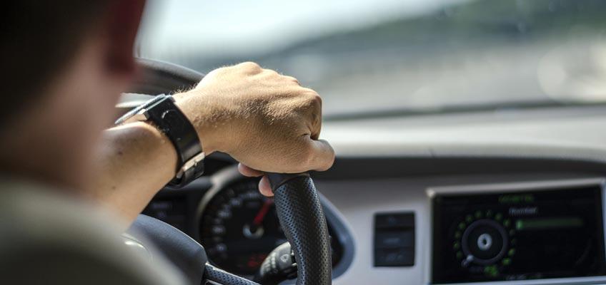 Hand på en bilratt