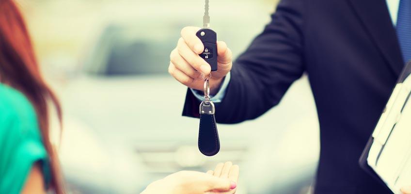 Överlämnar bilnyckel