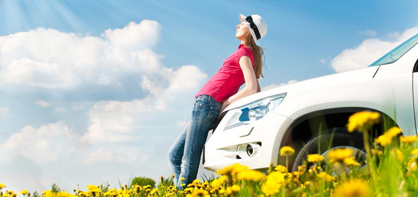 Kvinna lutar sig mot bil