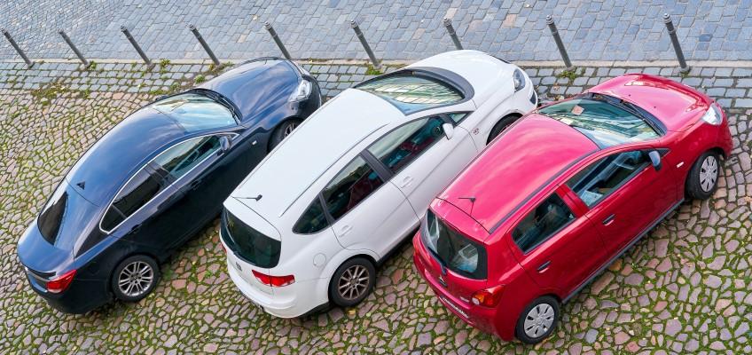 Tre parkerade bilar