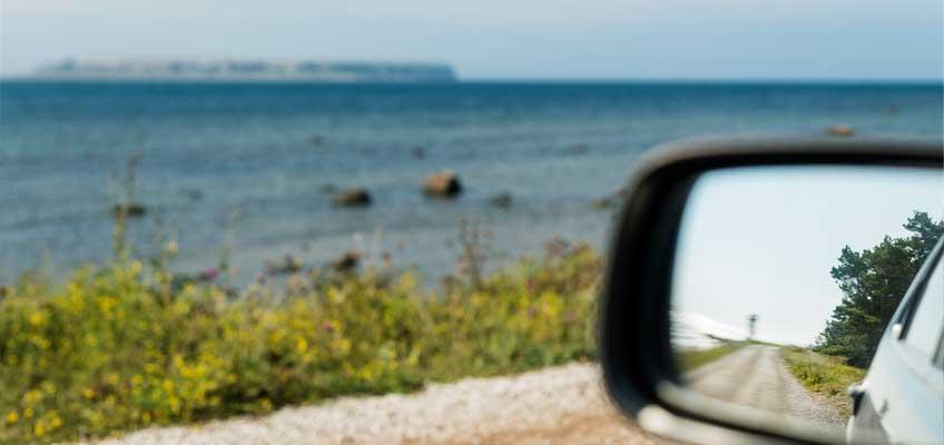 Utsikt över strand från förarsätet