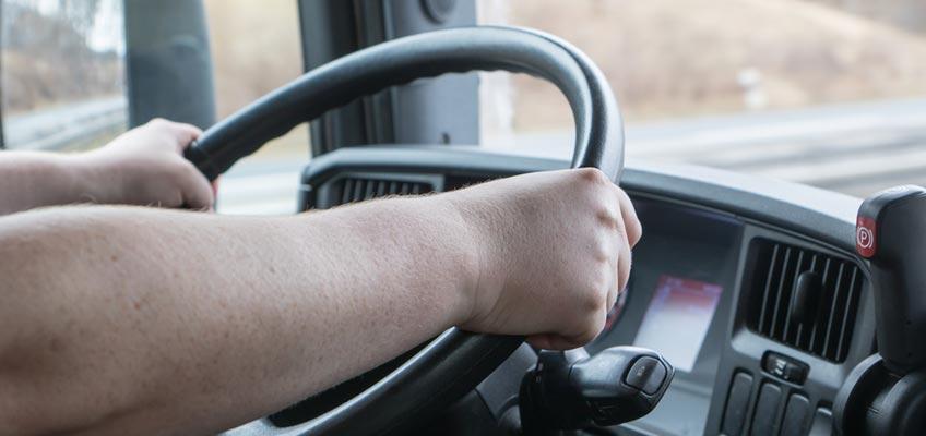Händer på lastbilsratt