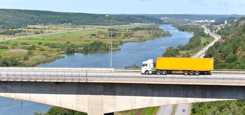 Lastbil på bro