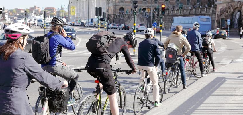 Cyklister i kö vid trafikljus Foto Roland Magnusson,Mostphotos