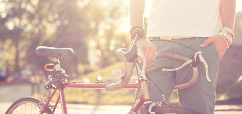 Person håller i en cykel