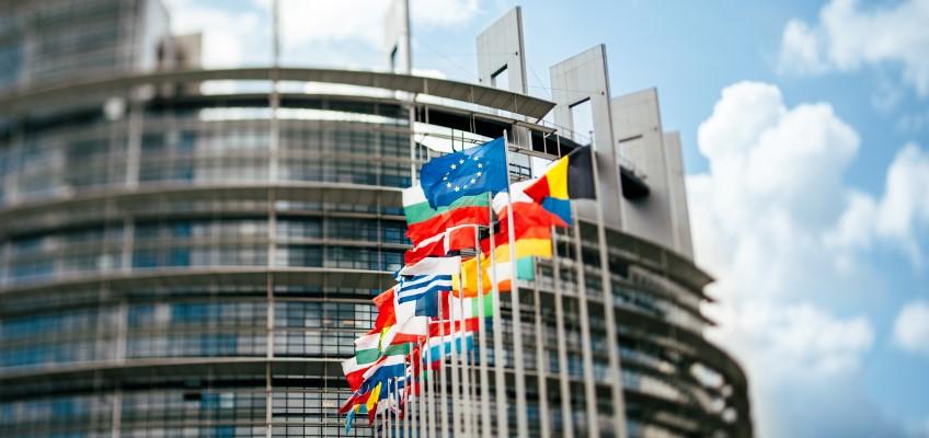 Flaggor utanför EU-parlamentet