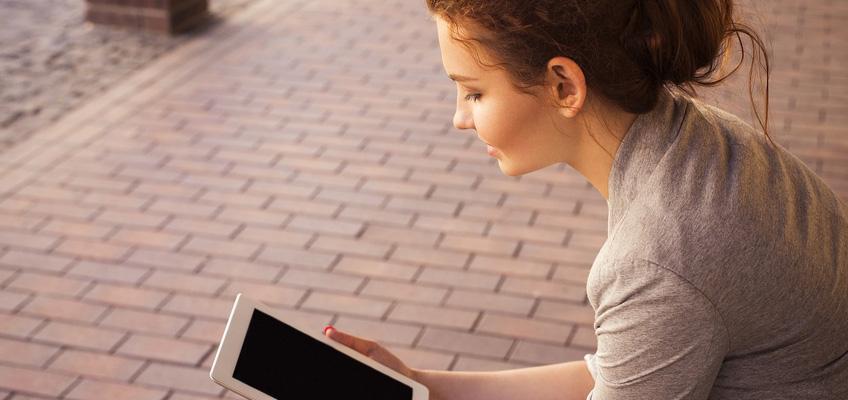Kvinna läser på en ipad