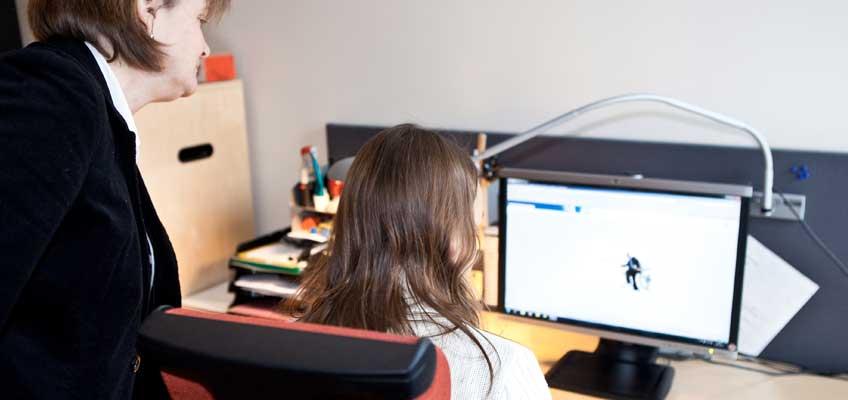 Två kvinnor vid dator