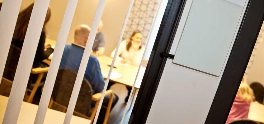 Personer på möte sett genom fönster