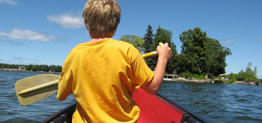 Barn paddlar kanont