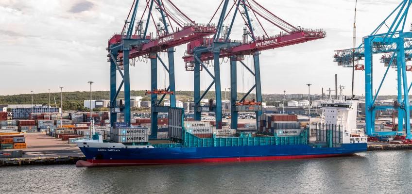 Lastning av container på fartyg
