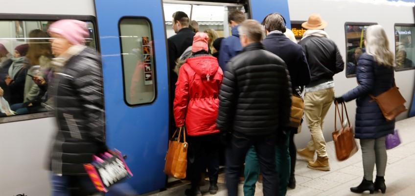 Resenärer stiger ombord på pendeltåg