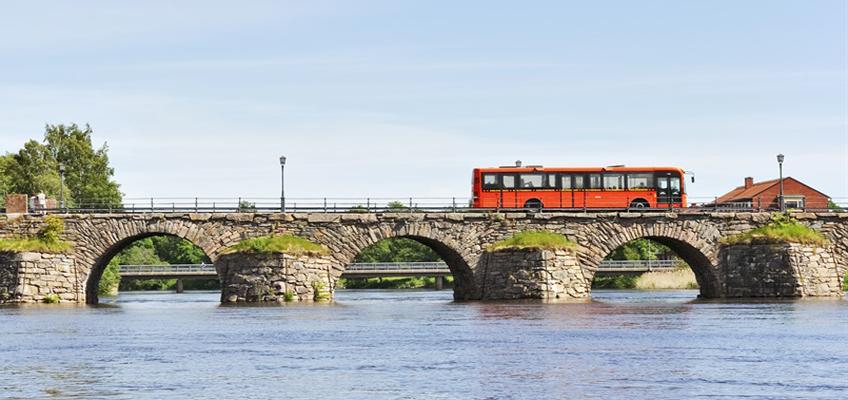 Buss på stenbro