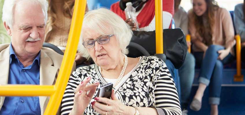 Äldre par på buss