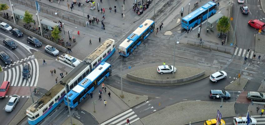 Buss, spårvagn och personbilar Foto: Göran Ekeberg/Mostphotos