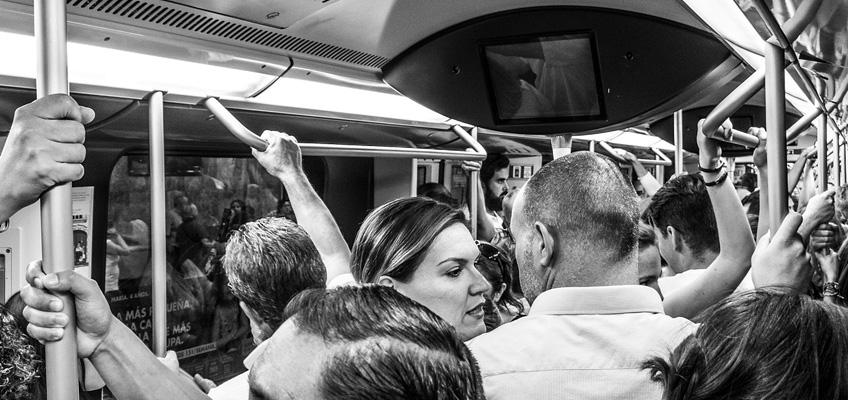Många personer i tågvagn