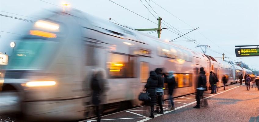 Tåg passerar station