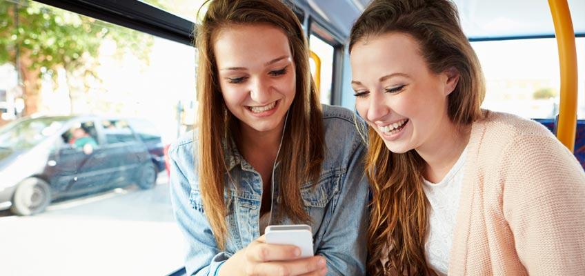 Flickor på buss