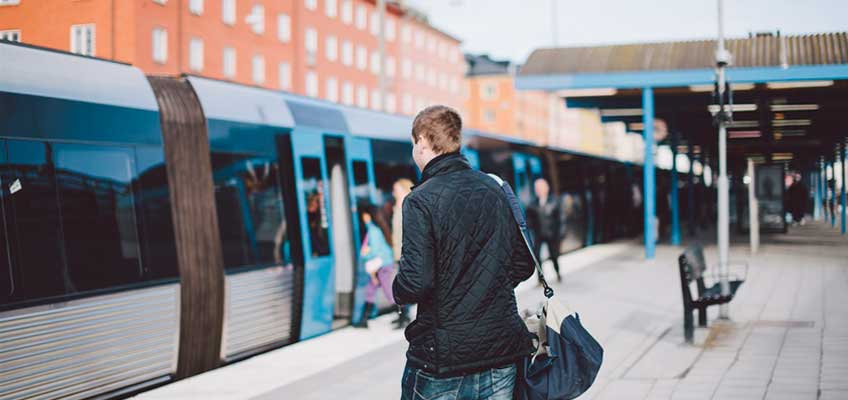 Människor på tunnelbaneplattform utomhus