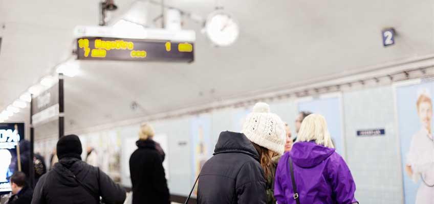Människor på tunnelbaneperrong