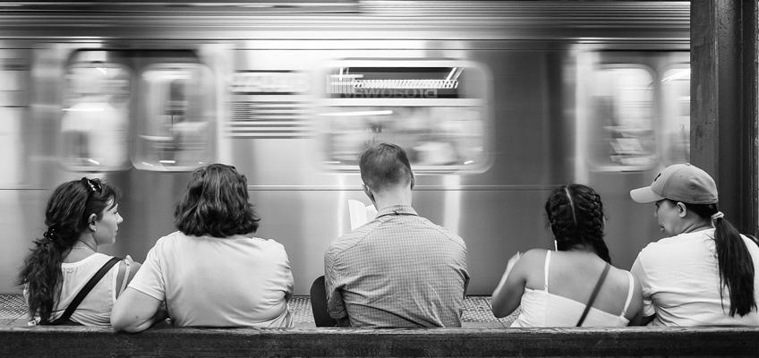 Personer väntar på tunnelbana