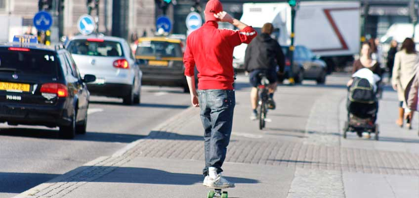 Person på skateboard i trafik