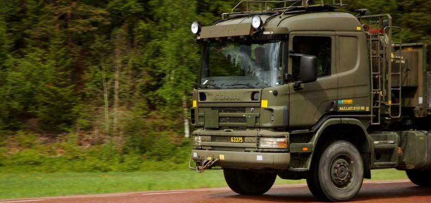 Militär lastbil på väg