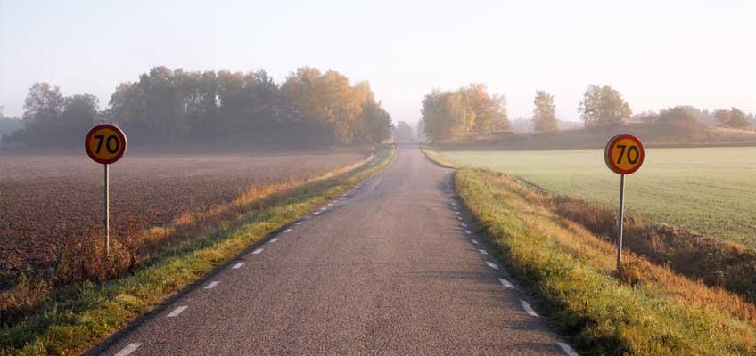 Skyltar med hastighetsbegränsning vid landsväg