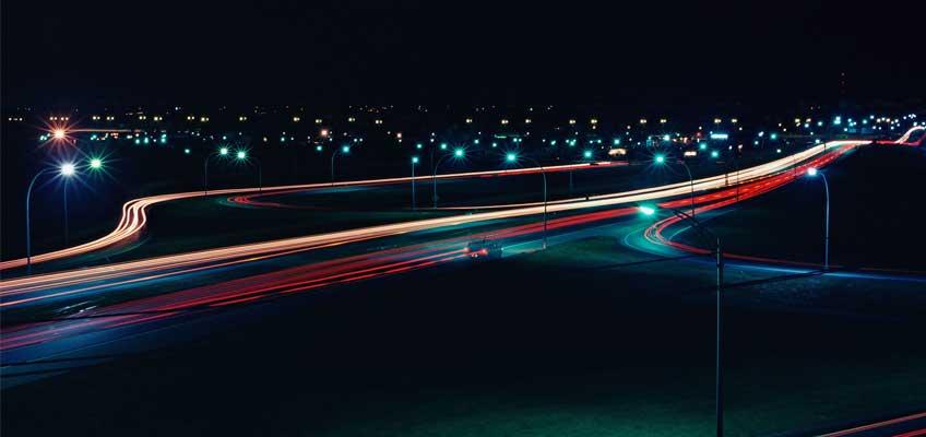 Bil på en väg på natten