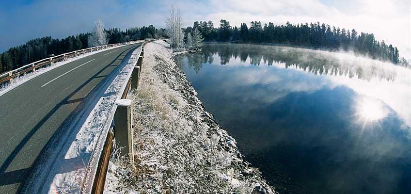 Väg vid vatten på vintern